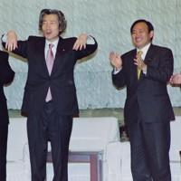小泉純一郎首相(左)と面会する「小泉政権の聖域なき構造改革の断行を支援する若手議員の会」の自民党の菅義偉氏(右)ら=国会内で2002年2月19日撮影