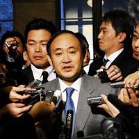 閣議後、放送法改正について記者の質問に答える菅義偉総務相=国会内で2007年2月16日、藤井太郎撮影