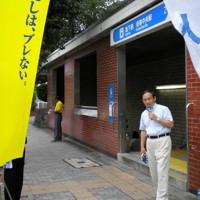 衆院選に向け街頭演説を行う自民党の菅義偉選対副委員長=横浜市内で2009年8月13日、高山祐撮影
