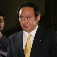閣議に向かう菅義偉総務相=国会で2006年11月10日、小出洋平撮影