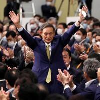 自民党の新総裁に決まり、拍手に応える菅義偉官房長官=東京都内のホテルで2020年9月14日、宮武祐希撮影
