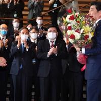 安倍晋三前総理に拍手を送る菅義偉自民党総裁(手前列左)=首相官邸で2020年9月16日午後0時42分、滝川大貴撮影