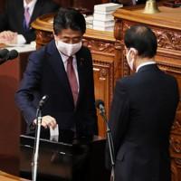 衆院本会議で投票する安倍晋三前首相=国会内で2020年9月16日午後1時19分、吉田航太撮影