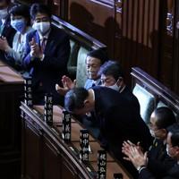 衆院本会議で新首相に指名され、立ち上がって一礼する自民党の菅義偉総裁(右から3人目)。左から3人目は安倍晋三前首相=国会内で2020年9月16日午後1時45分、宮武祐希撮影