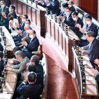 首班指名選挙で名前が呼ばれ、一礼する菅義偉総裁=国会内で2020年9月16日午後1時45分、玉城達郎撮影