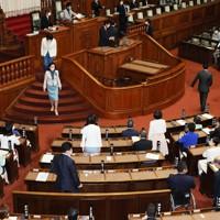 投票が進む参院本会議=国会内で2020年9月16日午後1時56分、吉田航太撮影