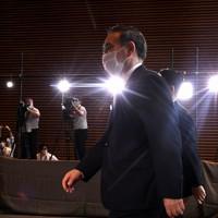 首相官邸に入る菅義偉首相(中央)=で2020年9月16日午後2時58分、竹内紀臣撮影