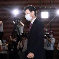 首相官邸に入る経済再生担当相に再任が内定した西村康稔氏=で2020年9月16日午後4時3分、竹内紀臣撮影