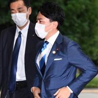 官邸入りする環境相への再任が内定した小泉進次郎氏(右)=首相官邸で2020年9月16日午後3時55分、滝川大貴撮影