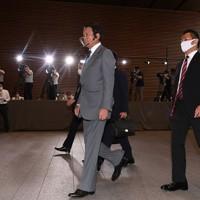 首相官邸に入る副総理兼財務相に再任が内定した麻生太郎氏(中央)=2020年9月16日午後3時49分、竹内紀臣撮影