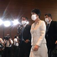 首相官邸に入る法務相に就任が内定した上川陽子氏(中央)=2020年9月16日午後3時58分、竹内紀臣撮影