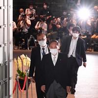皇居での新閣僚認証式に向かうため、官邸を出発する菅義偉首相=首相官邸で2020年9月16日午後5時31分、滝川大貴撮影