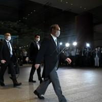 首相任命式のため、皇居に向かう菅義偉首相=首相官邸で2020年9月16日午後5時31分、竹内紀臣撮影