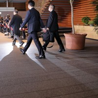 首相任命式と閣僚認証式のため皇居に向かう菅義偉首相(中央)=首相官邸で2020年9月16日午後5時31分、宮武祐希撮影