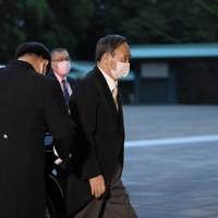 首相に指名され、宮中での親任式に向かう菅義偉氏=皇居・宮殿南車寄で2020年9月16日午後5時43分、手塚耕一郎撮影