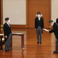 天皇陛下から任命を受ける菅義偉首相。中央は安倍前首相=皇居・宮殿「松の間」で2020年9月16日午後6時16分(代表撮影)