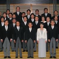 宮中での認証式を終え、記念撮影に並ぶ菅義偉首相(手前中央)と閣僚ら=皇居・宮殿北車寄せで2020年9月16日午後8時14分、手塚耕一郎撮影