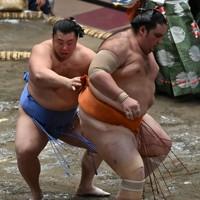 翔猿(左)が送り出しで魁聖を破る=東京・両国国技館で2020年9月16日、宮間俊樹撮影