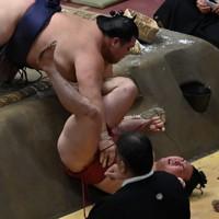阿武咲(左)が寄り切りで炎鵬を破る=東京・両国国技館で2020年9月16日、宮間俊樹撮影