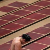 阿武咲に寄り切りで敗れ、肩を落とす炎鵬=東京・両国国技館で2020年9月16日、小川昌宏撮影