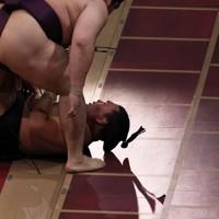 遠藤(上)に押し出しで敗れた照強=東京・両国国技館で2020年9月16日、小川昌宏撮影