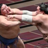 正代(左)を攻める照ノ富士=東京・両国国技館で2020年9月16日、宮間俊樹撮影