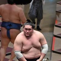 正代(左奥)を押し出しで破った照ノ富士=東京・両国国技館で2020年9月16日、宮間俊樹撮影