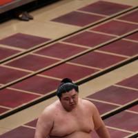 照ノ富士に押し出しで敗れ、肩を落として土俵を後にする正代=東京・両国国技館で2020年9月16日、小川昌宏撮影