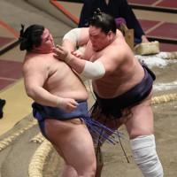 正代(左)を押し出しで破る照ノ富士=東京・両国国技館で2020年9月16日、小川昌宏撮影