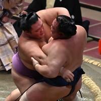 朝乃山(左)が寄り倒しで北勝富士を降す=東京・両国国技館で2020年9月16日、宮間俊樹撮影