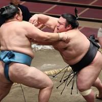 玉鷲(左)を押し出しで降す貴景勝=東京・両国国技館で2020年9月16日、小川昌宏撮影