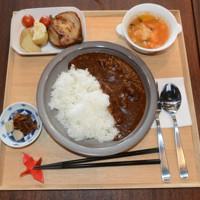 レストランの人気メニューになったカレー。ご飯と焼き野菜、スープ、ドリンクが付く=千葉県成田市で2020年7月28日午前11時57分、中村宰和撮影