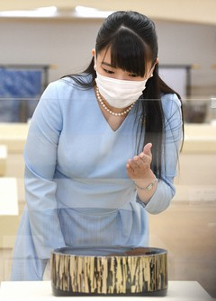 Princess Mako is seen admiring one of the exhibits at the 67th Japan Traditional Kogei Exhibition at the Nihombashi Mitsukoshi Main Store in Tokyo's Chuo Ward on Sept. 16, 2020. (Mainichi/Hiroshi Maruyama)