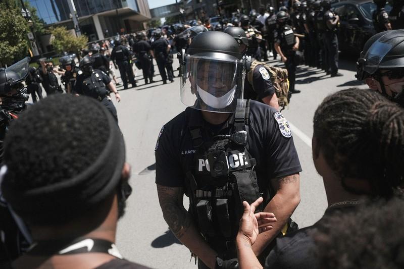 各地の抗議運動の乗じてみたが……(Bloomberg)