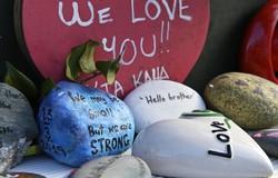 テロ事件の現場となった「アルノールモスク」の前に集まったメッセージの書かれた石=ニュージーランド・クライストチャーチで2019年8月14日、藤井達也撮影