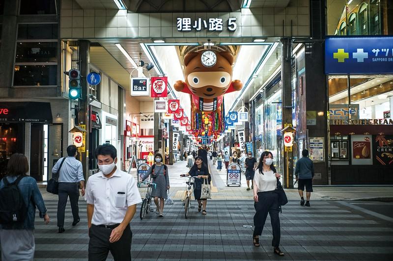札幌市の繁華街も外国人観光客の姿はまだないが…… (Bloomberg)