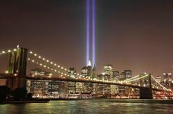 ライトアップで現れる「ツインタワー」 (Bloomberg)