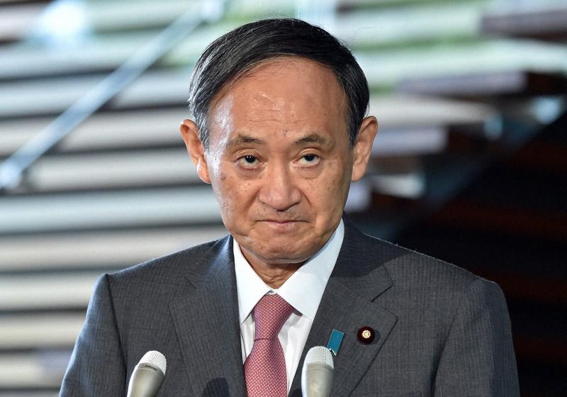 日本経済の成長を高められるか…(首相就任から一夜明け、記者団の質問に答える菅義偉首相)=2020年9月17日、滝川大貴撮影