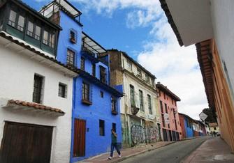 色彩豊かな家が並ぶボゴタ旧市街の一画(写真は筆者撮影)