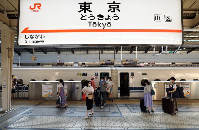 例年ならお盆のUターンラッシュで混み合うが、新型コロナウイルスの影響で利用客がまばらな東海道新幹線のホーム=JR東京駅で2020年8月15日、小川昌宏撮影