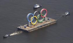 お台場海浜公園から一時的に撤去される五輪マークのモニュメント=東京湾のお台場沖で2020年8月6日午前9時49分、本社ヘリから
