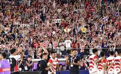 ラグビー・ワールドカップ日本大会で日本が決勝トーナメント進出を決め、総立ちで喜ぶ観客たち=横浜・日産スタジアムで2019年10月13日午後9時50分、藤井達也撮影
