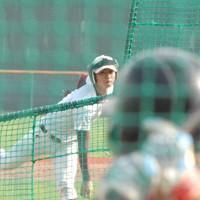 福岡大硬式野球部の練習に加わり、打撃投手を務める大曲投手=福岡市の福岡大グラウンドで2020年9月9日午後3時50分、吉見裕都撮影