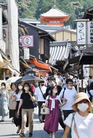 A road leading to Kiyomizu Temple in Kyoto's Higashiyama Ward in western Japan is seen crowded with tourists wearing masks on the first day of a four-day holiday period on Sept. 19, 2020. (Mainichi/Ai Kawahira)