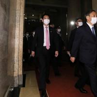 首班指名選挙で指名され、あいさつ回りへ向かう菅義偉総裁(右)=国会内で2020年9月16日午後2時31分、玉城達郎撮影