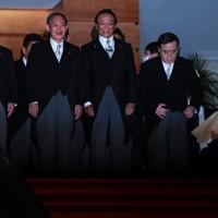 写真撮影に臨む菅義偉首相(手前左から2人目)と麻生太郎金融相(同3人目)ら新閣僚=首相官邸で2020年9月16日午後10時15分、玉城達郎撮影