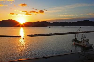 朝日に輝く山田町の海=岩手県山田町で2011年10月1日午前5時44分、長谷川直亮撮影