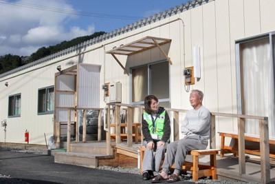 仮設住宅前のベンチに座り男性の話を聞く傾聴ボランティア(左)=岩手県大槌町大槌で2011年10月2日午後2時4分、長谷川直亮撮影