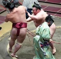 Ozeki Takakeisho, right, defeats sekiwake Daieisho on the 10th day of the Autumn Grand Sumo Tournament at Ryogoku Kokugikan in Tokyo, on Sept. 22, 2020. (Mainichi)