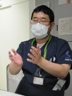 インタビューに応じる忽那賢志医師=東京都新宿区の国立国際医療研究センターで2020年9月14日、谷本仁美撮影